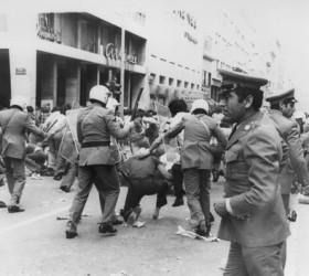 Οι δυνάμεις καταστολής  εν δράσει (25.5.1976)