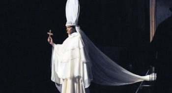 Η Γιούλικα Σκαφιδά σαν Πάπισσα Ιωάννα