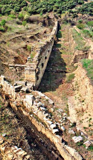 Τμήμα του βόρειου τείχους στην αρχαία Αμφίπολη, από την έκδοση του ΥΠΠΟ, 1993