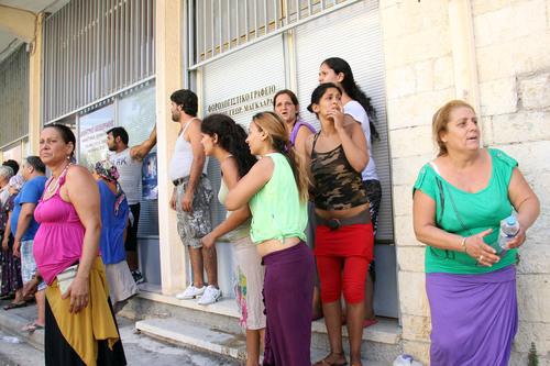 Η πρώτη επίθεση εναντίον των Ρομά σημειώθηκε στις 3 Αυγούστου του 2012, όταν μια ομάδα κατευθύνθηκε προς τη γειτονιά τους και πέταξε μολότοφ στα σπίτια τους. Οι επιθέσεις συνεχίστηκαν για τους επόμενους πέντε μήνες