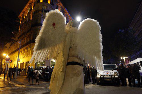 Διαδηλωτής ντυμένος άγγελος, απέναντι στα γαλλικά ΜΑΤ, κατά τη διάρκεια διαδήλωσης για τον 21χρονο οικολόγο Ρεμί Φρες, ο οποίος τραυματίστηκε θανάσιμα από χειροβομβίδα που εξερράγη στην πλάτη του  REUTERS/ Jean-Paul Pelissier