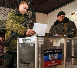Με το όπλο κρεμασμένο ψήφισαν αυτονομιστές στο Ντονέτσκ  REUTERS/ Maxim Zmeyev
